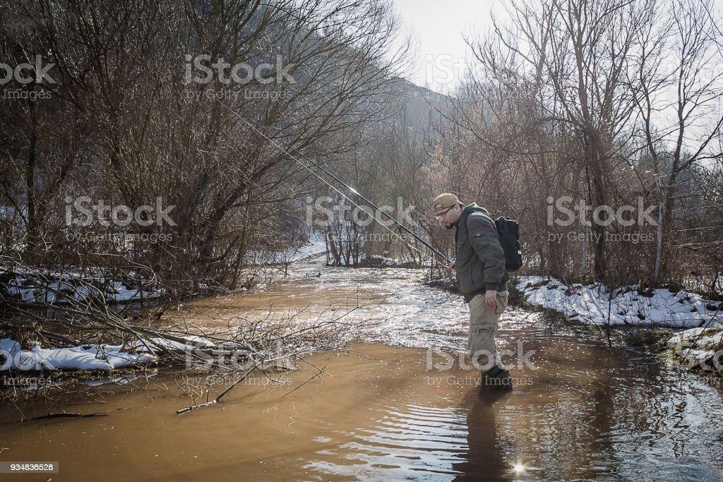 어 부는 물과 물고기를 찾는 통해 wades. - 로열티 프리 강 스톡 사진