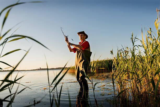 fischer mit schwimmer casting seinem line-out - angeln dänemark stock-fotos und bilder