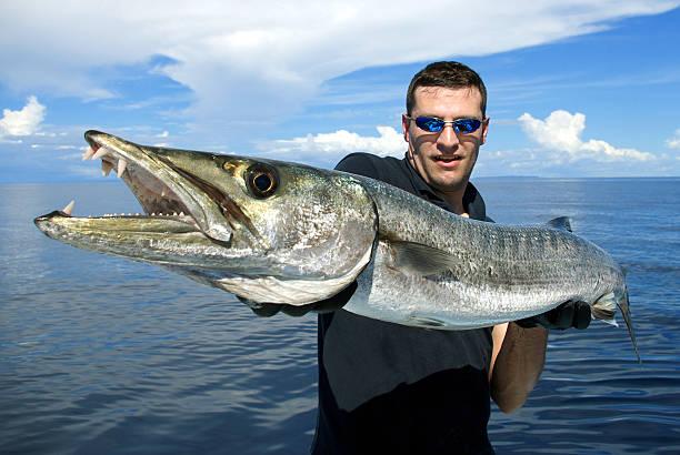 Pescador com barracuda Gigante - foto de acervo