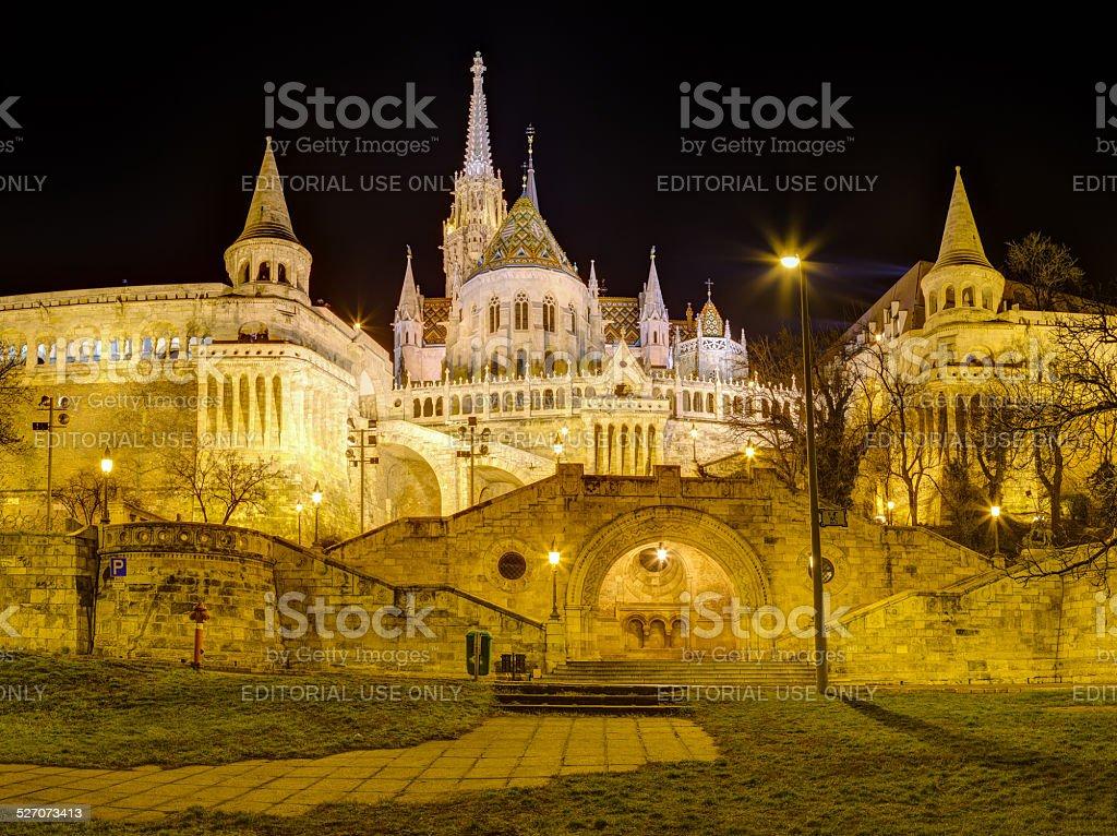 フィッシャーマンズバッションとマーチャーシュ教会の夜景,ブダペスト,ハンガリー - イルミネーションのロイヤリティフリーストックフォト