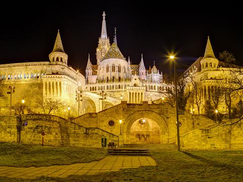 フィッシャーマンズバッションとマーチャーシュ教会の夜景ブダペストハンガリー - イルミネーションのストックフォトや画像を多数ご用意
