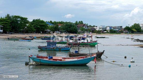La province de Rayong est située dans l'est de la Thaïlande, sur la côte du golfe de Thaïlande, près de la frontière avec le Cambodge. Sa capitale est la ville de Rayong. La région est réputée pour ses fruits tropicaux (ananas,  ramboutan et  durian) et aussi pour ses fruits de mer (homards et calmars). Rayong est le premier fabricant de sauce de poisson de Thaïlande.