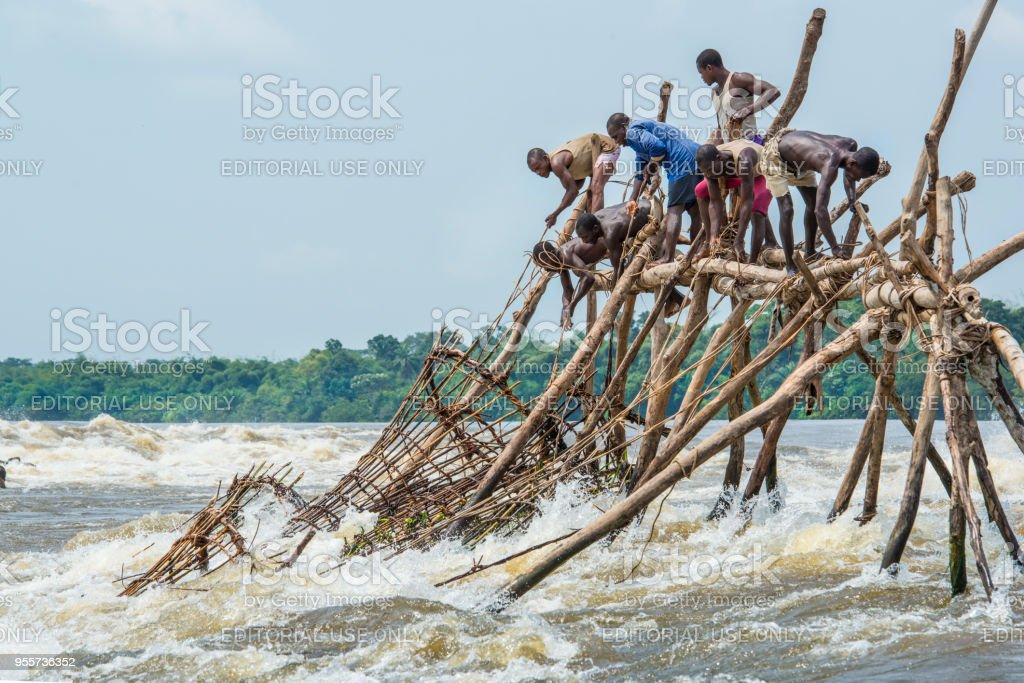 Fischer im Wagenia Falls, sogar Kisangani unter seine Kontrolle gebracht hatte, Fluss Kongo – Foto