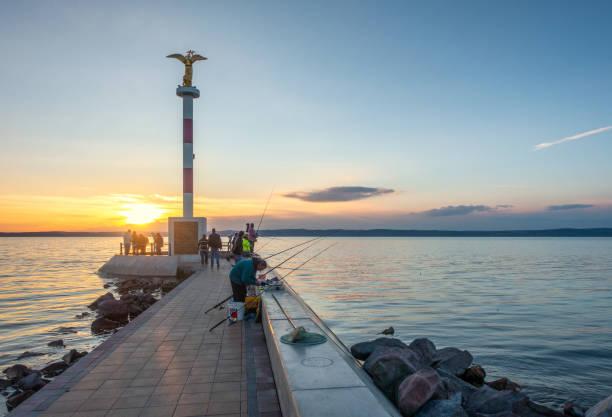 バラトン湖の漁師夕焼け、シフォホク、ハンガリー - 釣り ストックフォトと画像