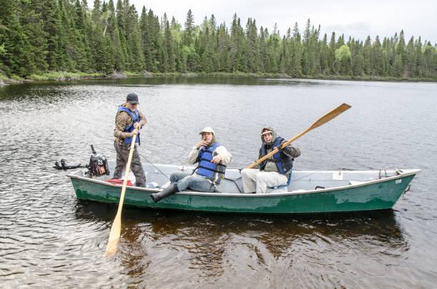 Fischer im Ruderboot kommen zurück nach dem Angeln tagsüber Wharf – Foto