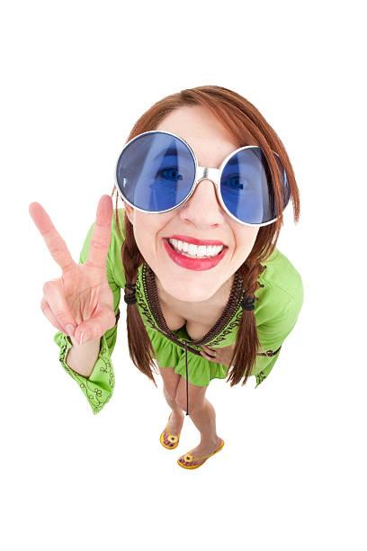 fischaugen-hippie frau, die peace - hippie kostüm damen stock-fotos und bilder