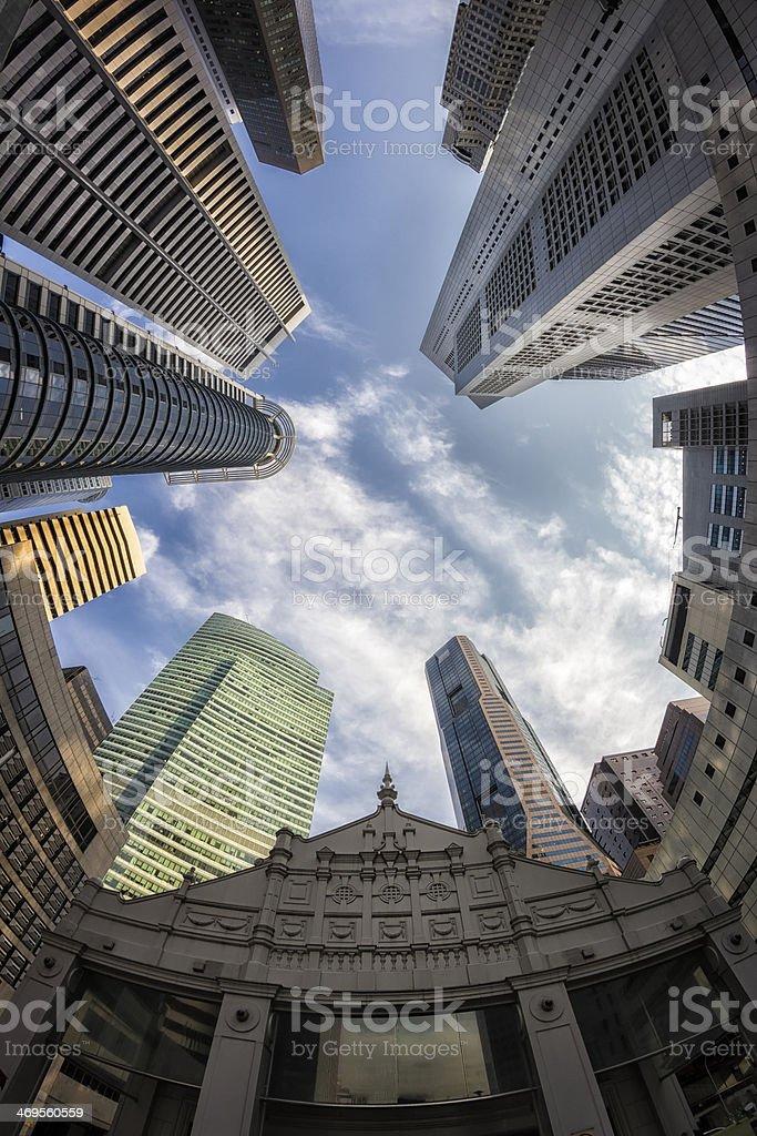Fisch-Blick auf die Skyline von Singapur gegen einen blauen Himmel – Foto