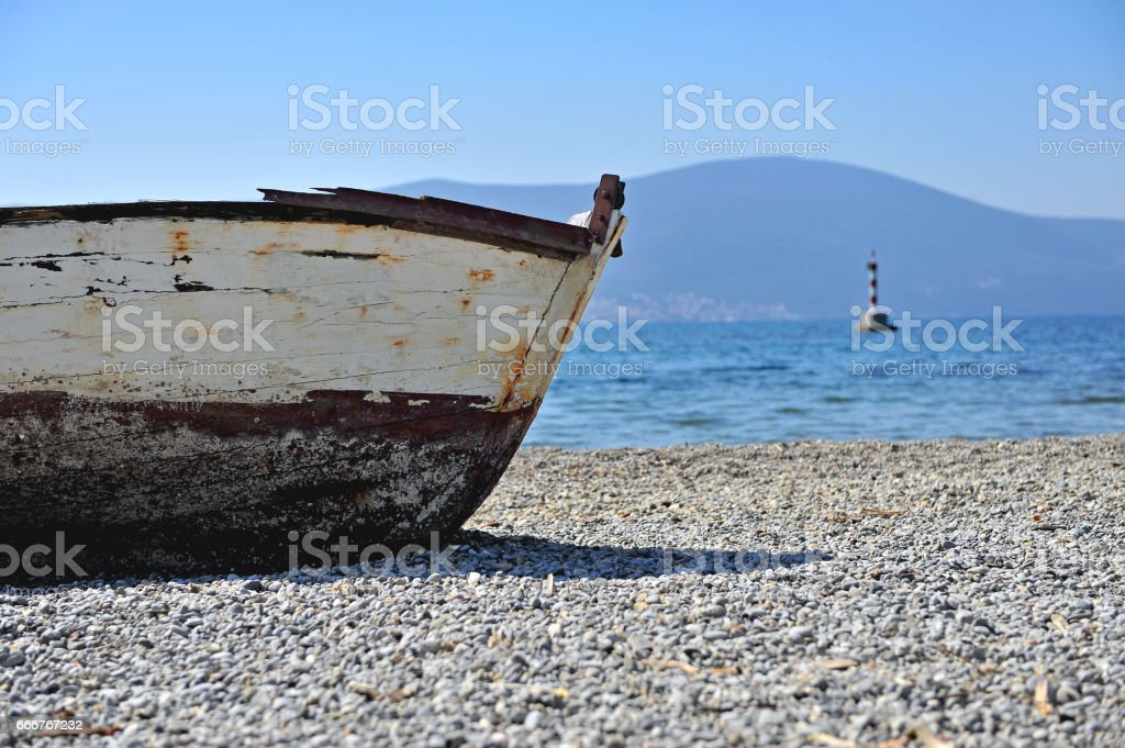 Fishing boat and lighthouse at the sea foto stock royalty-free