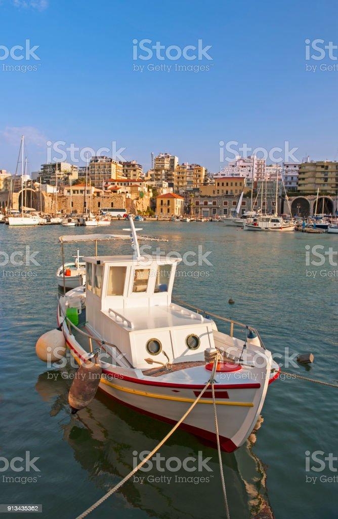 Barco de pesca no porto de Iraklion - foto de acervo