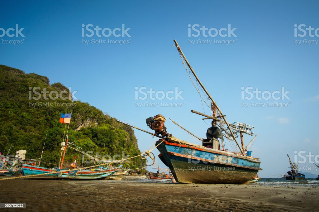 Fishing boat docking on the beach foto stock royalty-free