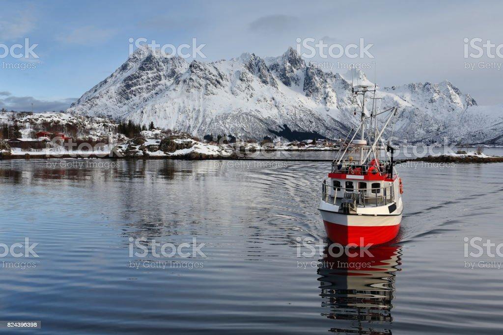 Barco de pesca entrando Sildpolltjonna Baía do leste. Austnesfjorden-Austvagoya-Nordland-Noruega. 0168 - foto de acervo