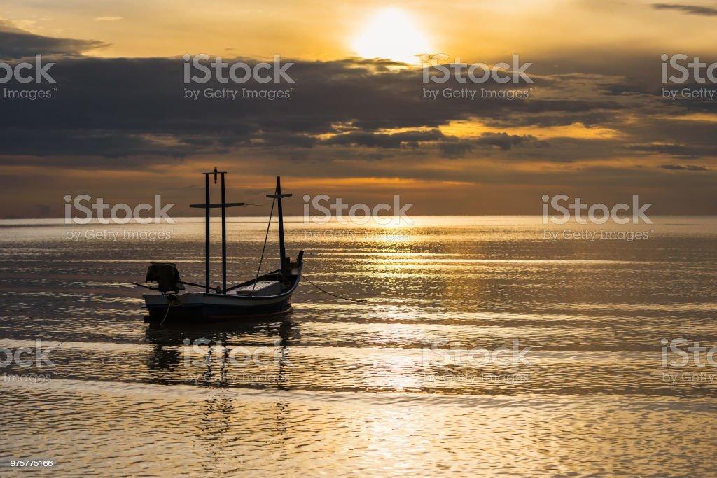 Angelboot/Fischerboot im Meer schwimmende jeweils Morgen Sonnenschein. Thailand. - Lizenzfrei Alt Stock-Foto