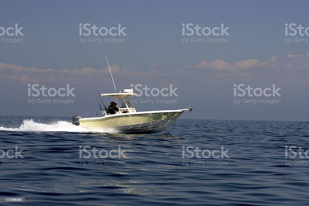 Barco de pesca correr rápido no Oceano Pacífico, perto da Ilha de Catalina - foto de acervo