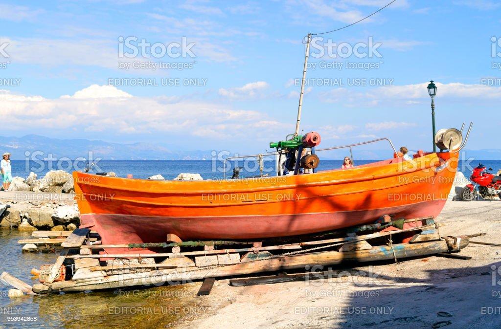Barco de pesca em Antipaxos abrigar uma pequena ilha ao sul de Corfu - foto de acervo