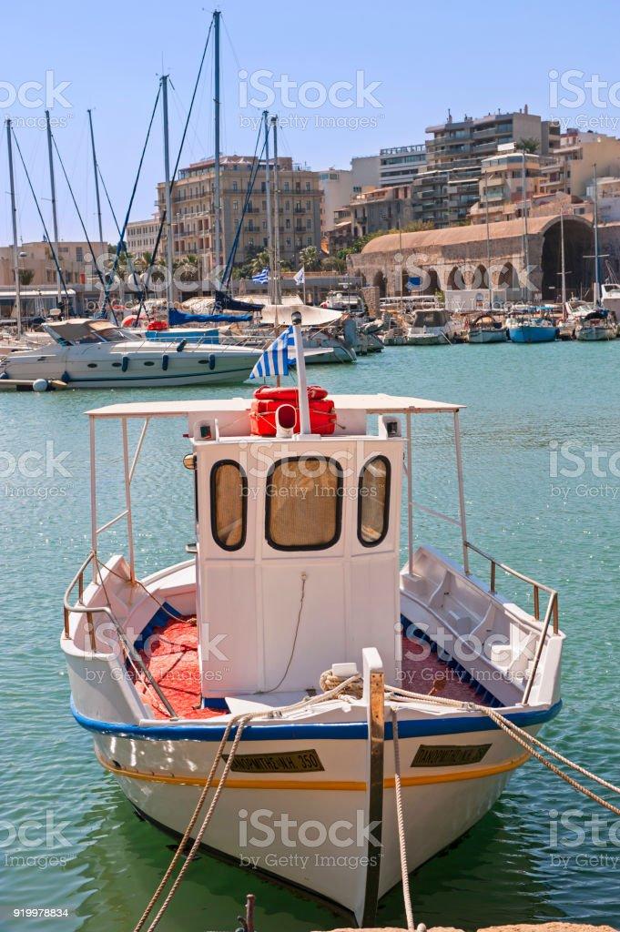 Barco de pesca no porto de Heraklion - foto de acervo