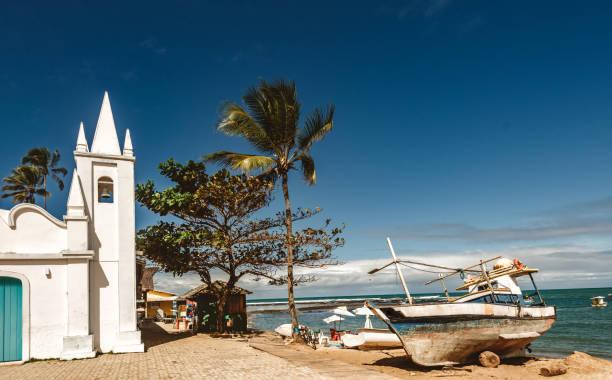 barco de pesca na areia da praia do forte praia ao sol - nordeste - fotografias e filmes do acervo