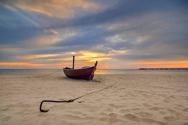 fischerboot am strand der ostsee, deutschland - usedom stock-fotos und bilder
