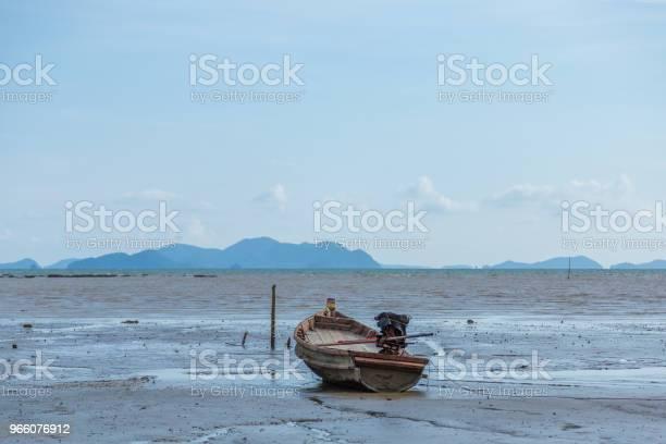Fiskebåt På Stranden Vid Havet Och Blå Mountain Bakgrund-foton och fler bilder på Aluminium