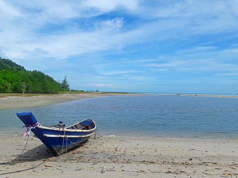 Visserij Boot Parkeren Aan Het Strand Wacht Tij Voor Go To Visserij Stockfoto en meer beelden van Blauw