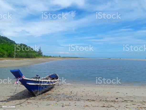 Рыбалка Лодка Парковка На Пляже Ждать Прилива Для Идти На Рыбалку — стоковые фотографии и другие картинки Без людей