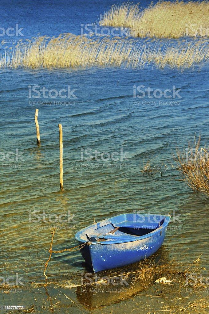 Bateau de pêche de détente au bord du lac - Photo