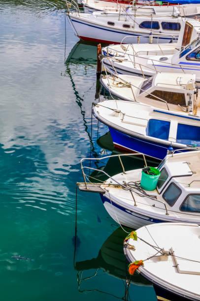 barco de pesca, bote de remos en el muelle, madera de colores en la playa. - monse del campo fotografías e imágenes de stock