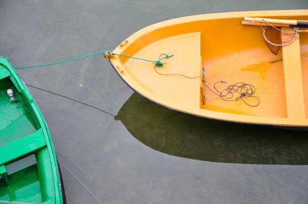 Barco de pesca, bote de remos en el muelle, madera de colores en la playa. - foto de stock