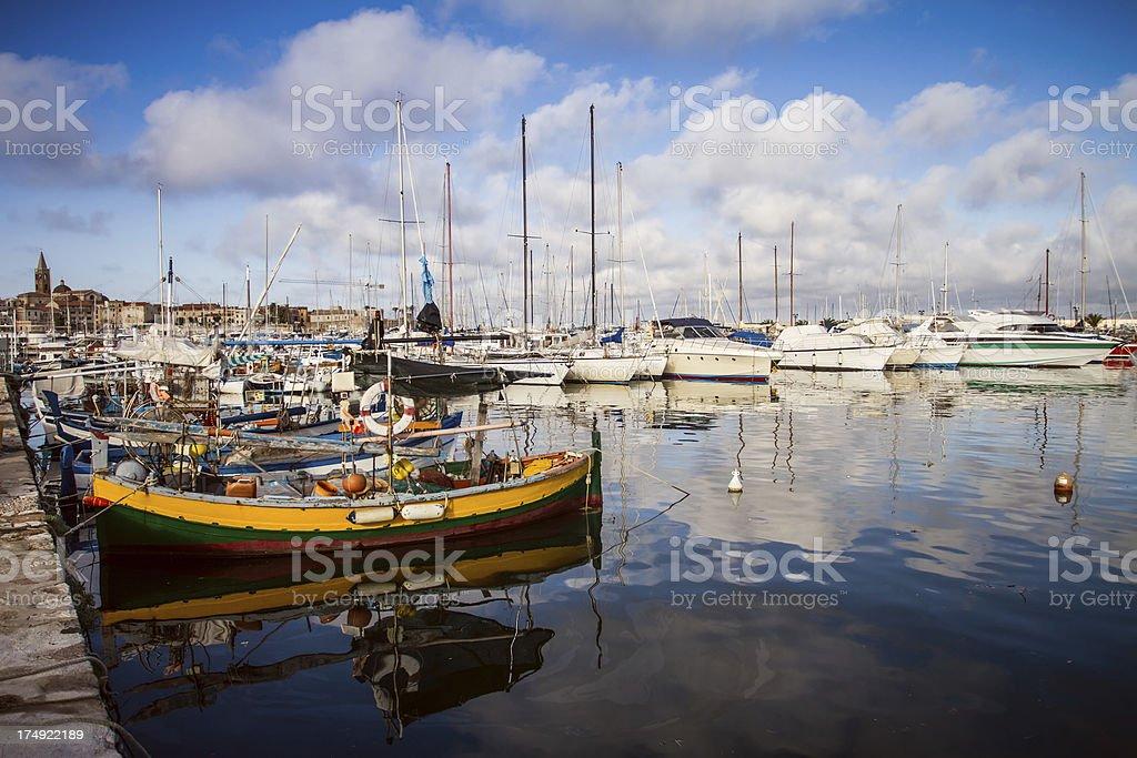Barche da pesca e yacht presso il porto di Alghero, Sardegna - foto stock