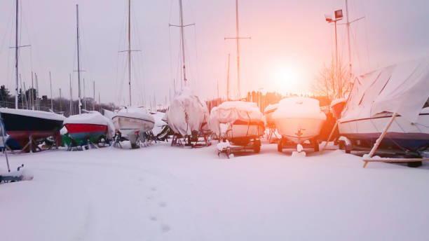 Angelboot/Fischerboot Boote im kleinen Hafen während der Winterzeit. Eis, Schnee und Sonnenschein – Foto