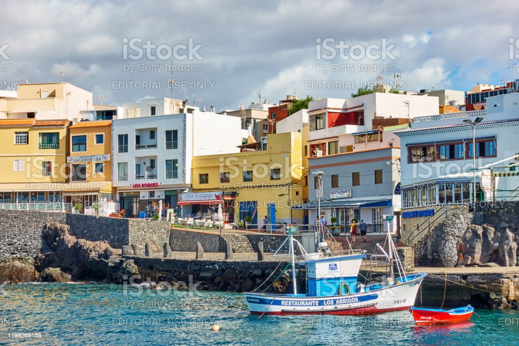 Foto De Barcos De Pesca No Porto E Restaurantes Do Marisco Em Los Abrigos E Mais Fotos De Stock De Antigo Istock