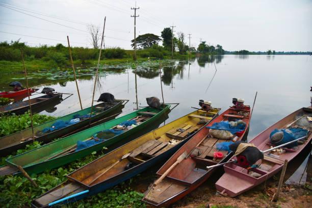 angelboote/fischerboote in holzboot thailand - typisch 90er stock-fotos und bilder