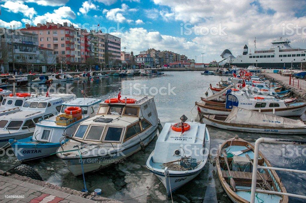 Barques de pêcheurs sur le port de ville de Canakkale - Photo