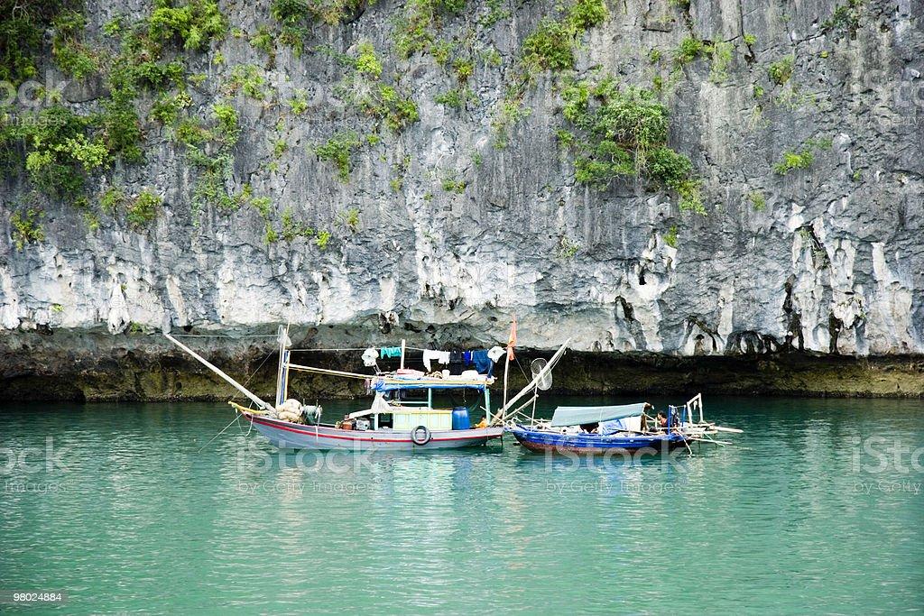 Barche da pesca sulla Baia di Ha Long foto stock royalty-free