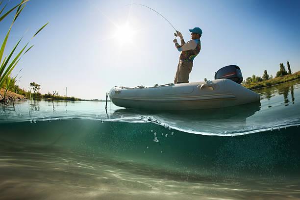 angeln. fischer auf dem boot. unterwasser-blick - teichfiguren stock-fotos und bilder