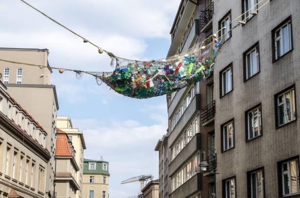 Fischernetz voller Plastikflaschen – Foto