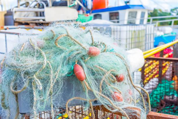 fischernetze auf einem fischkutter oder fischerboot im hafen überfischfischerei fischerei - tim siegert stock-fotos und bilder