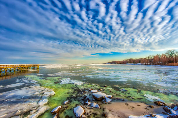 fishing pier on a frozen chesapeake bay in maryland - estuário imagens e fotografias de stock