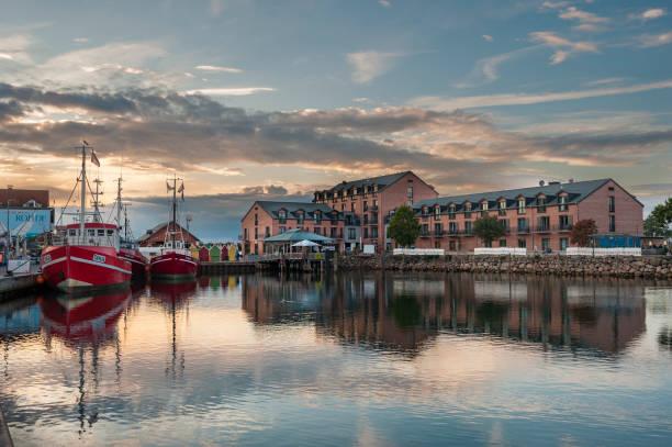fischerhafen in heiligenhafen - nordsee urlaub hotel stock-fotos und bilder