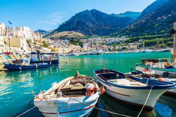 balıkçı limanı ile eski ahşap balıkçı tekneleri sicilya, i̇talya - sicily stok fotoğraflar ve resimler