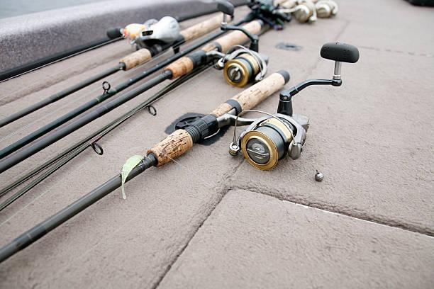 angeln duschstangen und spulen auf dem deck - crappie angeln stock-fotos und bilder