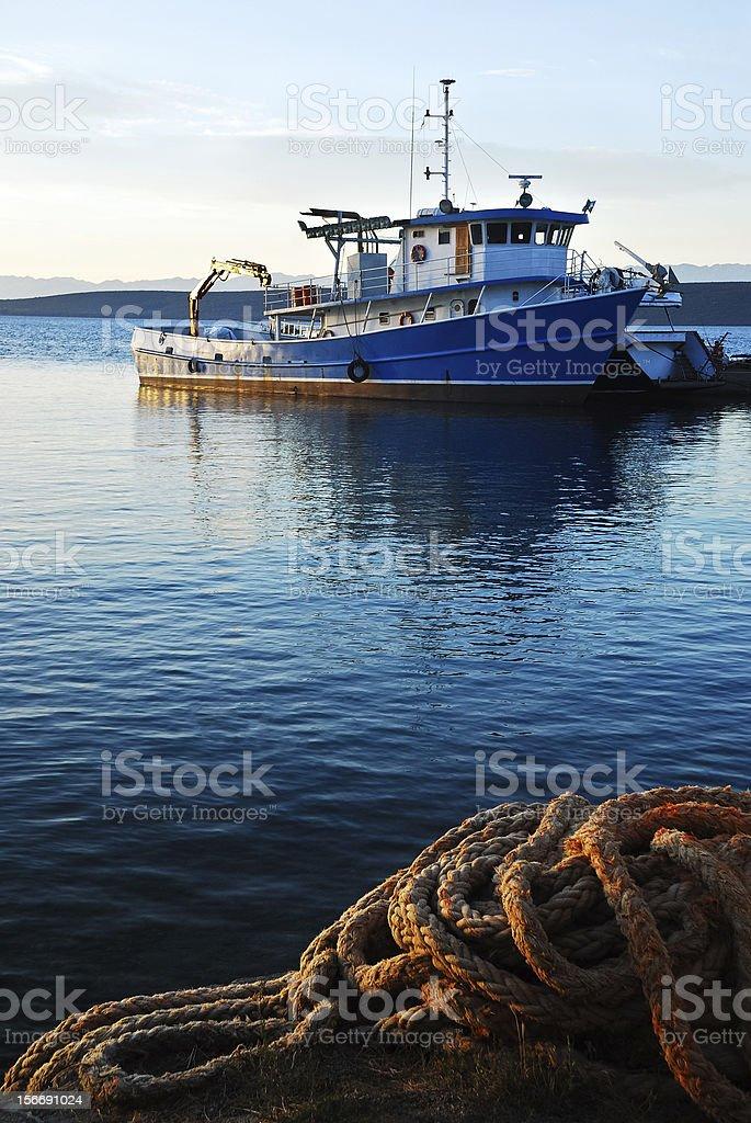 Pesca navio ancorar no porto - foto de acervo