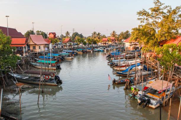 een vissersdorpje aan de rivier in melaka - malakka staat stockfoto's en -beelden