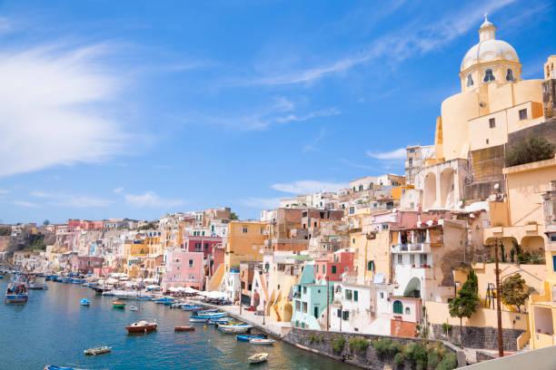 villaggio di pescatori, italia - procida foto e immagini stock