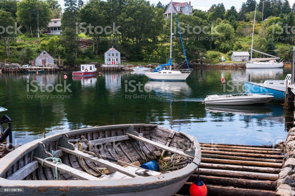 Tekne, Peggy'nin Cove balıkçı köyü sahne - Royalty-free Bulut Stok görsel