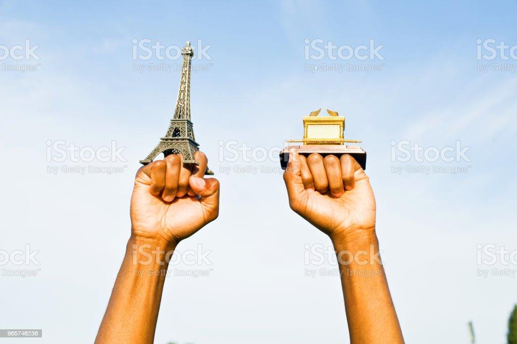 Vuist Hold Up de Eiffeltoren en de Replica van de Ark van het verbond - Royalty-free Afrika Stockfoto