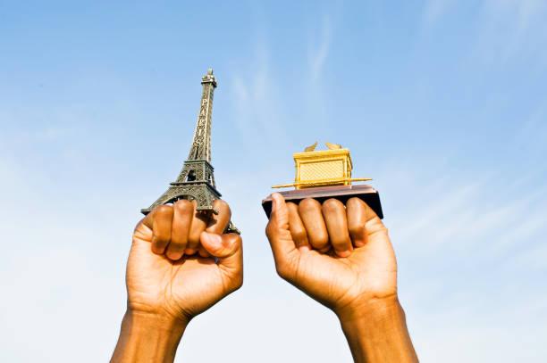拳頭抱起埃菲爾鐵塔和約櫃副本 - black power 個照片及圖片檔