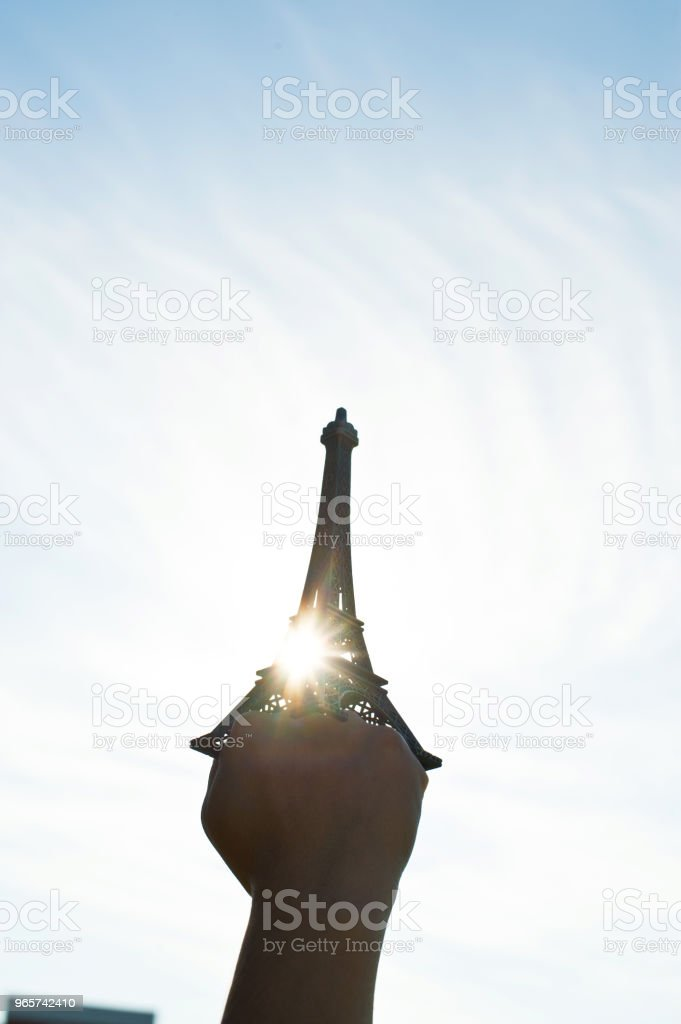 Vuist Hold Up de Replica van de Eiffeltoren - Royalty-free Afrika Stockfoto