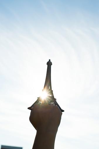 Vuist Hold Up De Replica Van De Eiffeltoren Stockfoto en meer beelden van Afrika