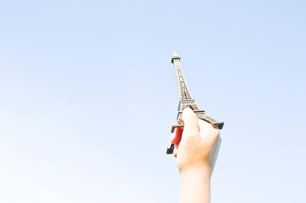 拳頭拿起埃菲爾鐵塔複製品 - black power 個照片及圖片檔