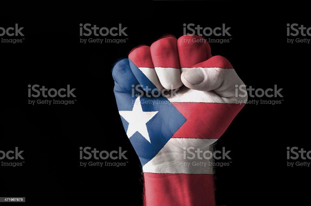 Puño pintado con los colores de la bandera de puerto rico - foto de stock